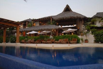 Las palmas resort zihuatanejo villas of mexico for Hotel villas las palmas texcoco
